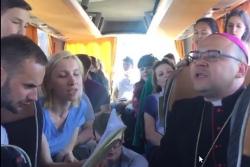 «Abba Ojcze!» Белорусский епископ пел с молодежью под гитару и вел стрим [видео]