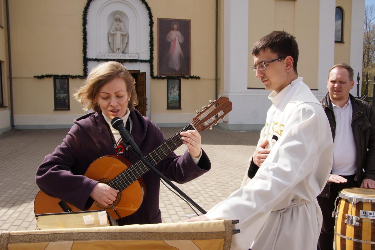 На улице в Гомеле католики проповедуют Воскресение Христа [фото]