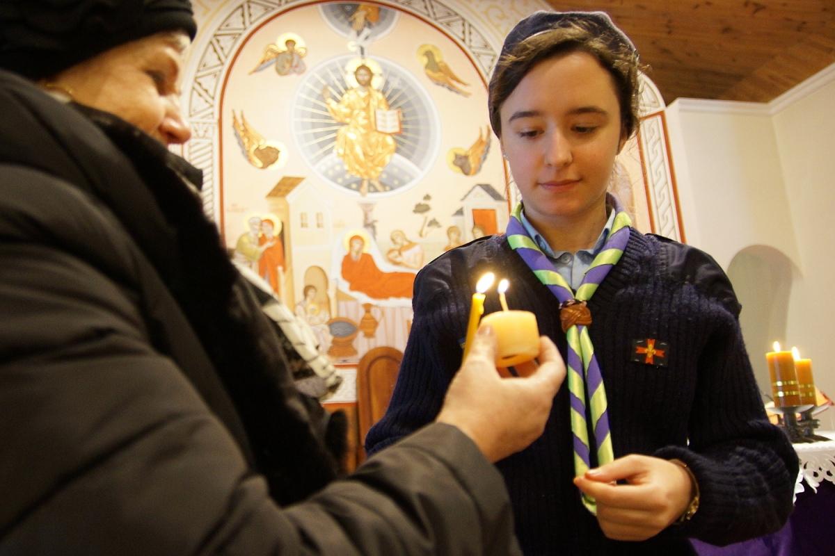 Рождество начинается: в Гомель прибыл Вифлеемский огонь - фото
