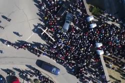 В Ошмянах католики пронесли через город и установили 400-кг крест