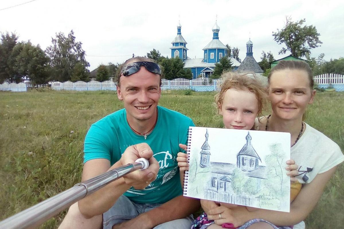 Необычный проект: семья путешествует по Беларуси, рисует и делает селфи