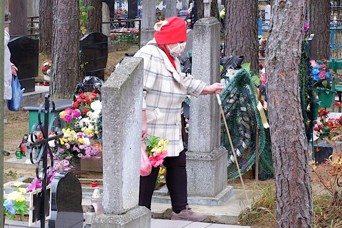 Фота: католікі наведваюць могілкі і моляцца за памерлых