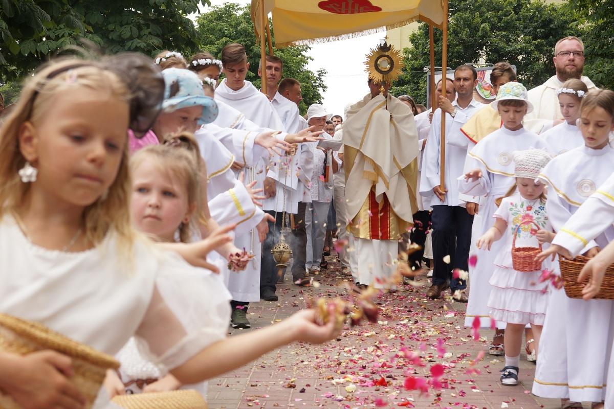 На процессии Божьего Тела в Гомеле пошел дождь, о котором молились