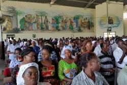 Как проходит воскресная служба у католиков Кении - видео