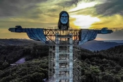 Выше, чем в Рио: посмотрите, как 43-метровую статую Христа строят в Бразилии