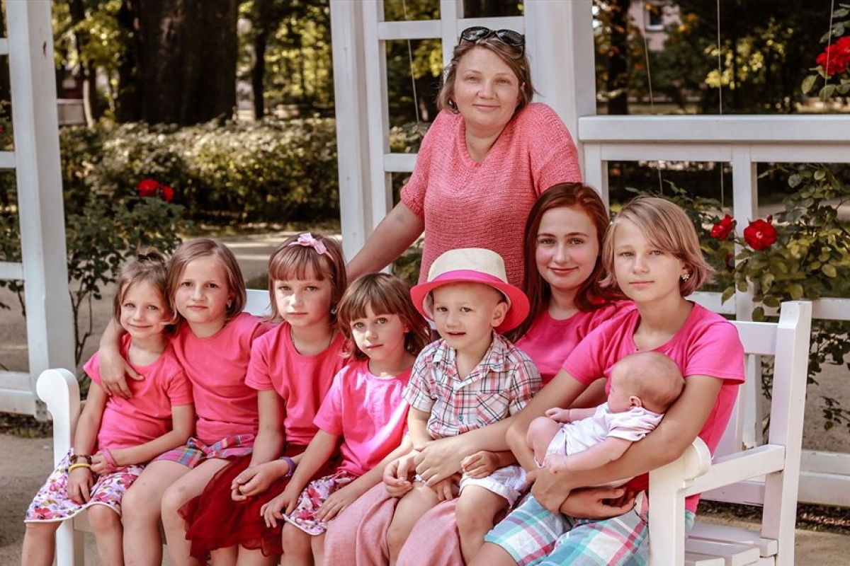 Семья с 8 детьми собирает деньги через интернет на автобус