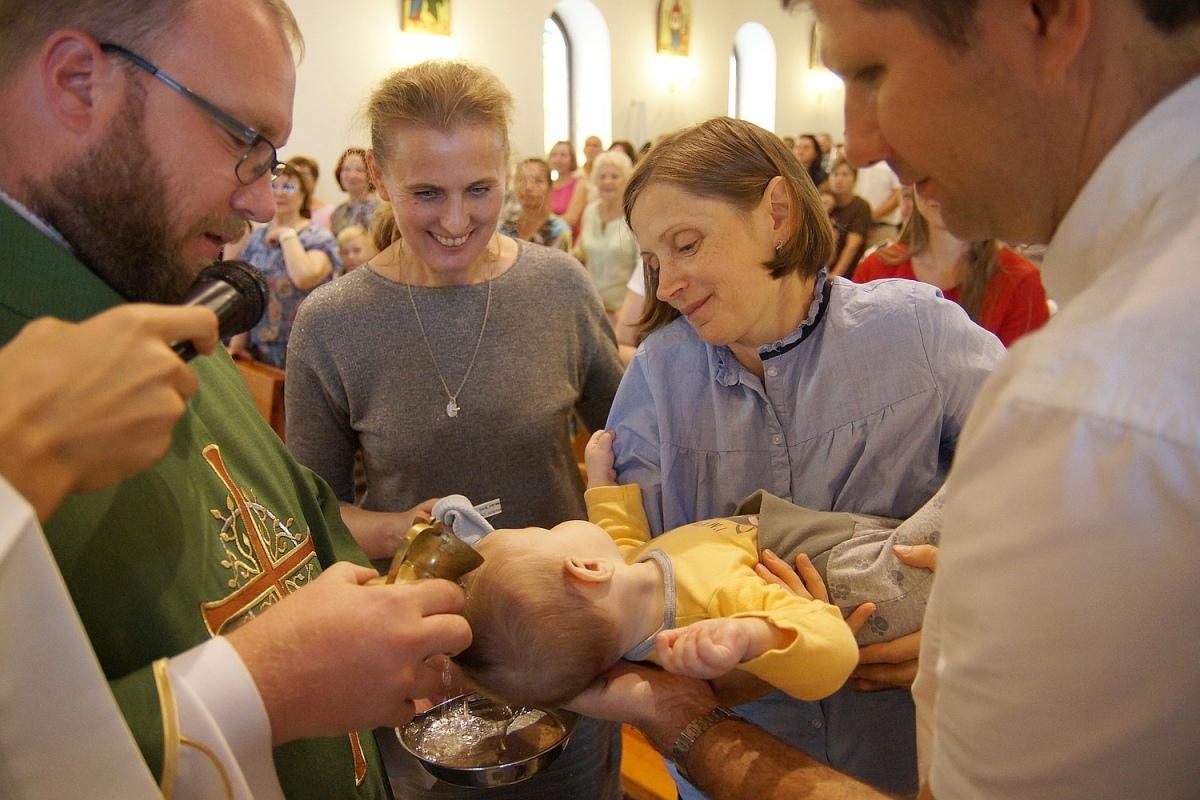 Гомельская семья крестила своего четвертого ребенка в костеле [фото]
