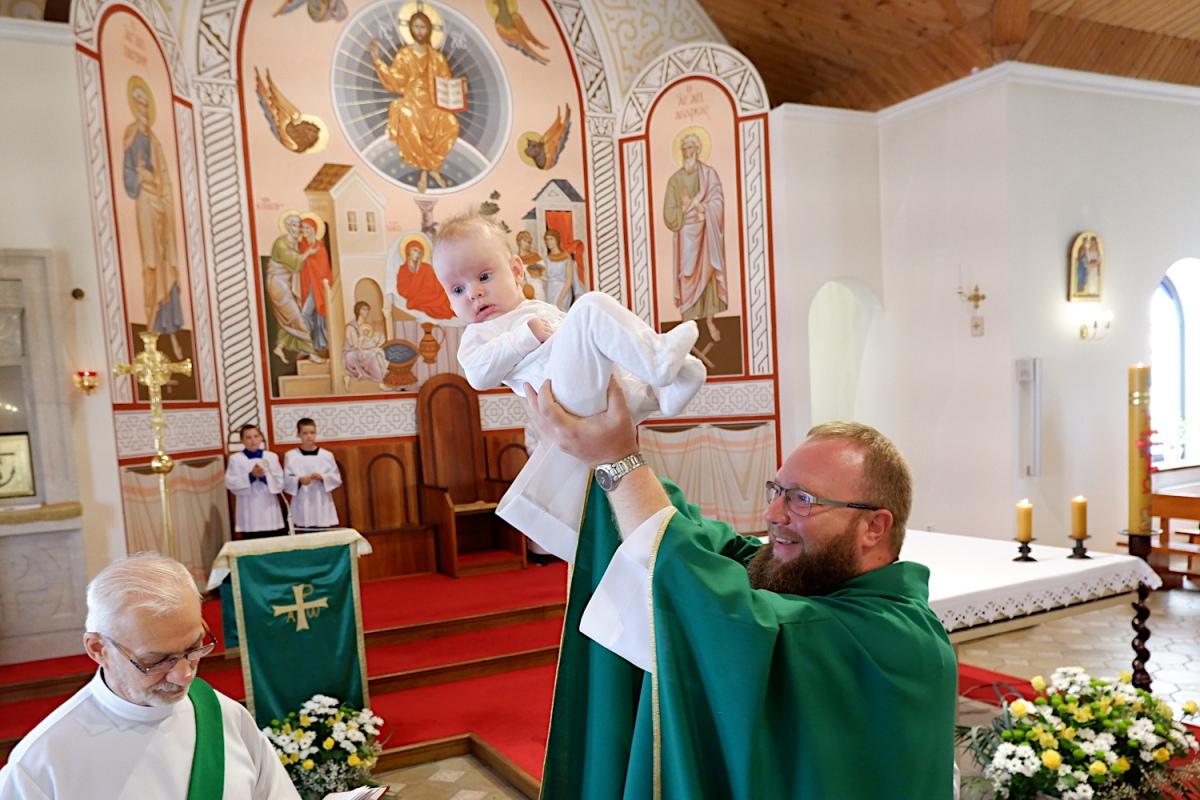 Многодетные супруги крестили в костеле четвертого ребенка