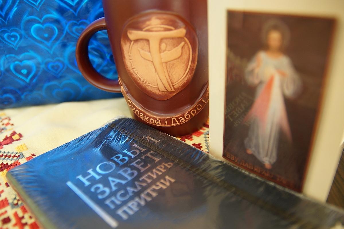 Католики подарили Алексиевич в Гомеле Библию и «добрую» кружку