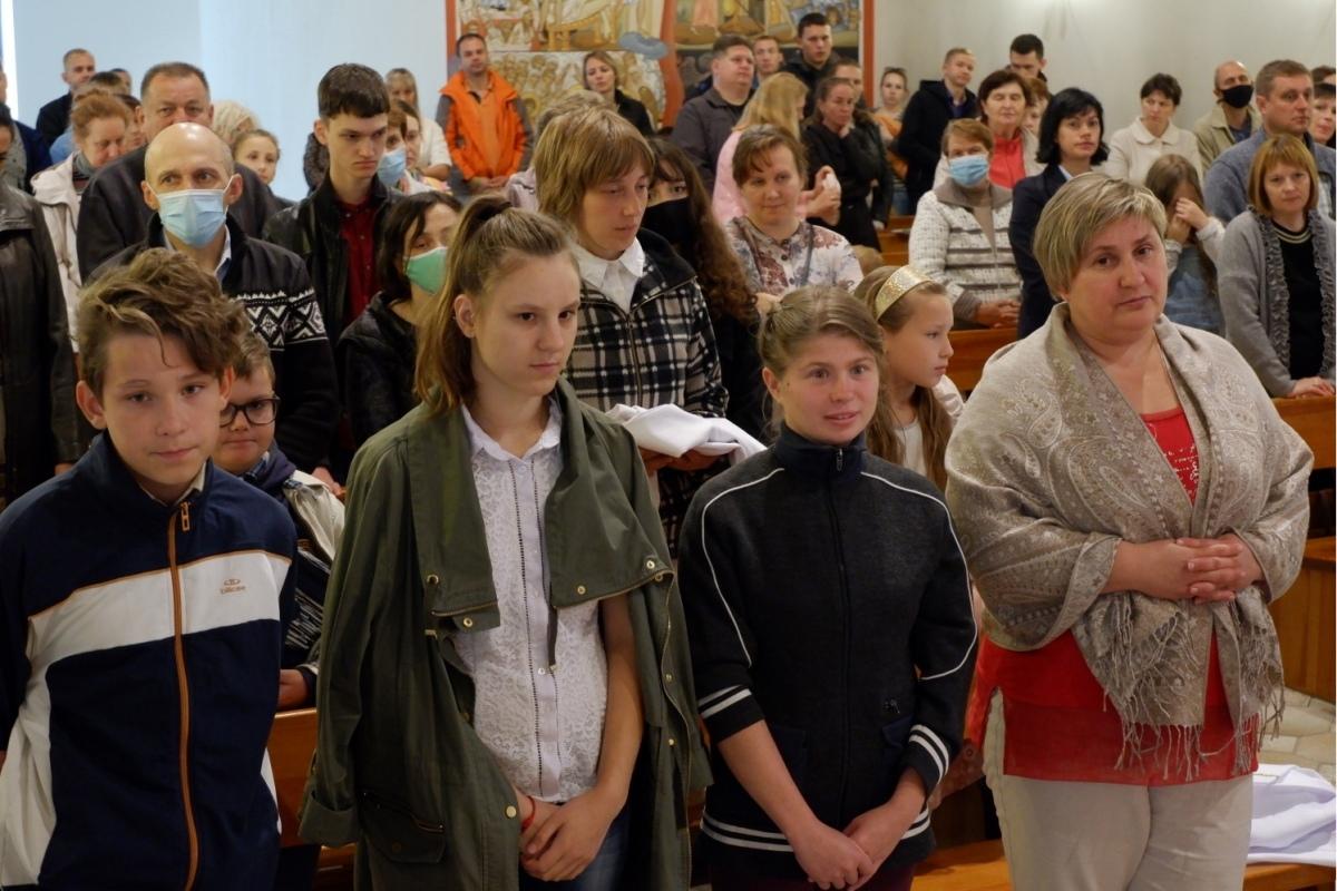 Приемная мама крестила в гомельском костеле троих детей - фото