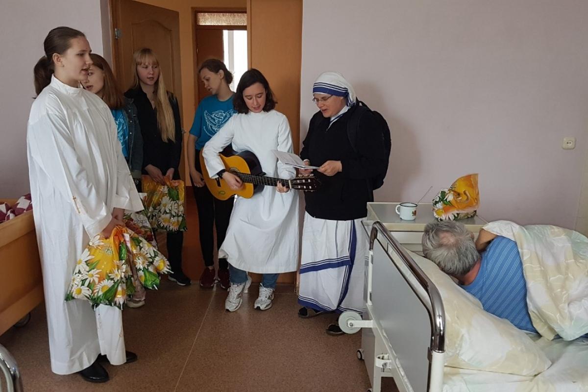 В гомельских хосписах католическая молодежь показала Пасхальные спектакли