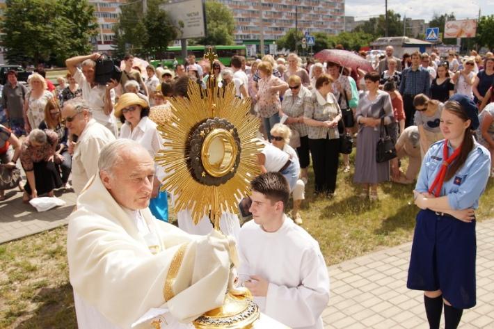 По главной улице Гомеля католики провели процессию Божьего Тела [фото]