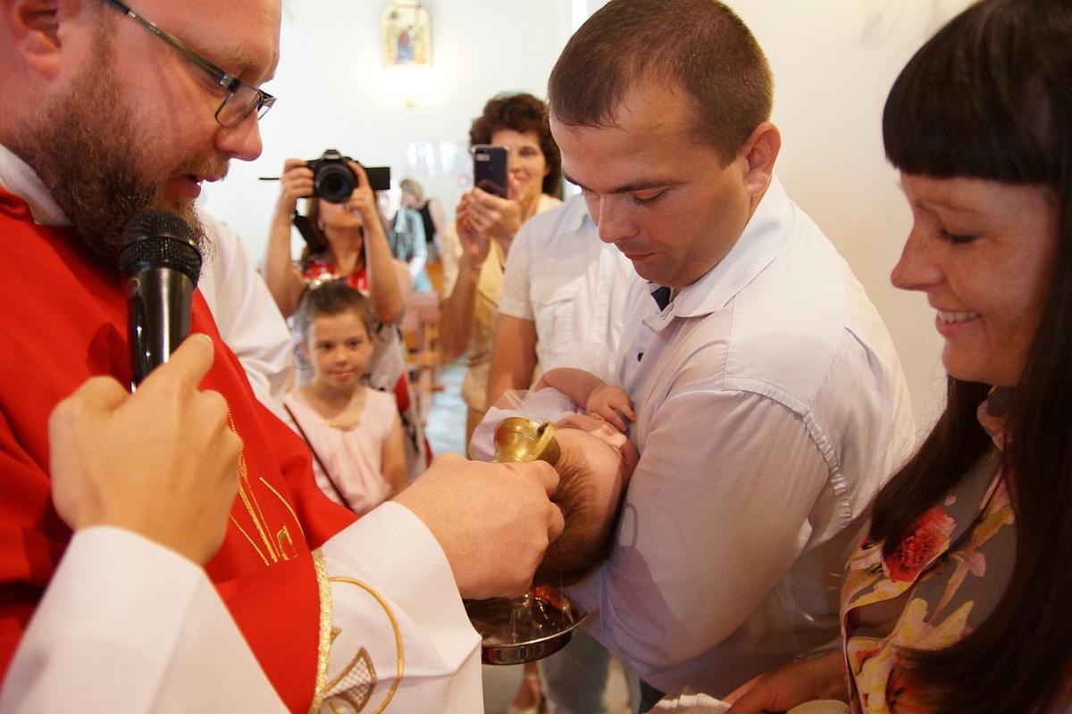 Многодетные родители крестили новорожденных в гомельском костеле [фото]