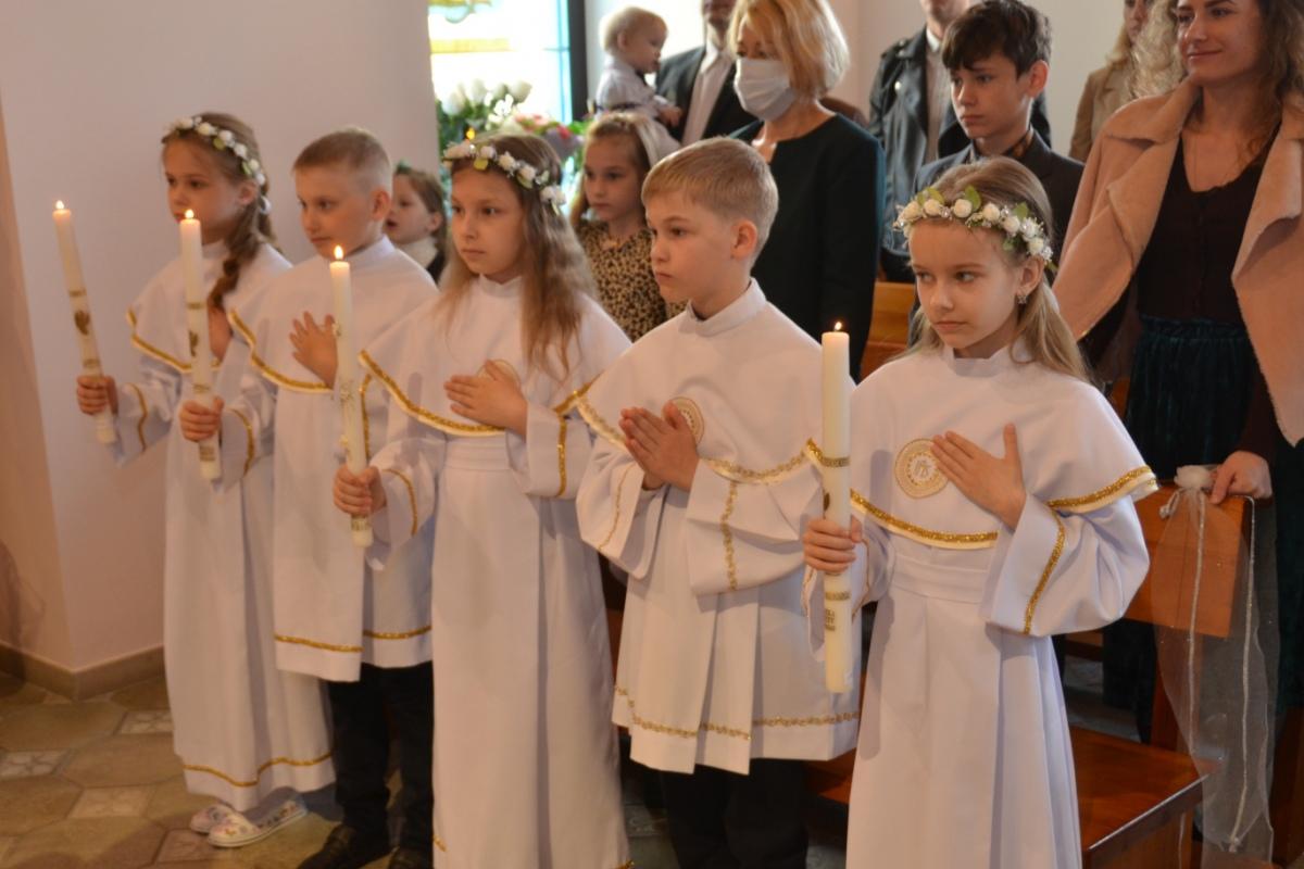 «Верить - значит, любить». 22 ребенка приняли первое причастие в гомельском костеле